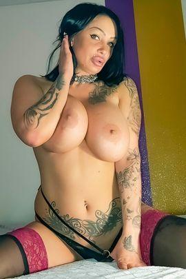 Erotische Massagen - DAS BESONDERE TATTOOLADY mit XXL BUSEN