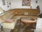 Couch mit Bett und Tisch