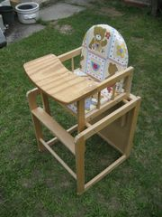 Kinderhochstuhl aus Holz Tisch und