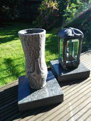 Grablaterne und Vase