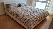 Weisses Kunstlederbett mit Matratzen