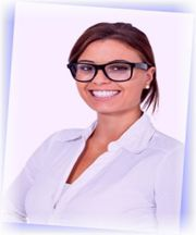 Schüchterne junge Frau mit Brille