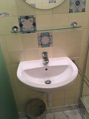 komplettes Badezimmer mit Dusche