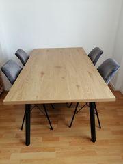 Essen Tisch mit fier Stühlen