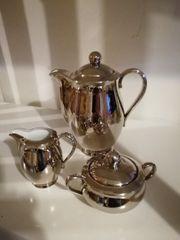 Silberne Kaffeekanne Milchkännchen und Zuckerdose