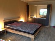 Doppelbett mit Rost und Nachttisch