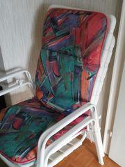 weiße Gartenstühle mit Polster