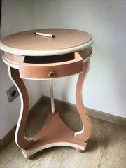 Zierlicher runder Tisch mit Schublade