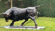 Beeindruckende Mega Taurus 370cm Bronzeskulptur