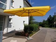 Hochwertiger Sonnenschirm mit rollbarem Granitfuß