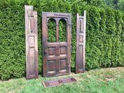 Alte Holzüre mit Türstock