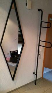 Schöner schwarzer Spiegel mit Garderobenstange