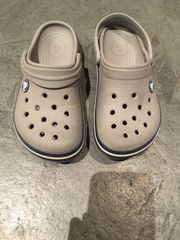 Graue Crocs
