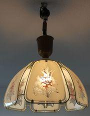 Deckenlampe mit Weißglas und Blumendeko