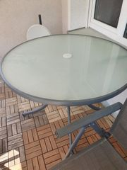 Gartentisch mit zwei Stühlen