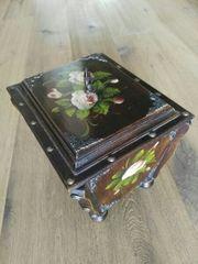 Antik Kiste wunderschön
