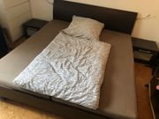 Modernes Doppelbett mit zwei Lattenrost