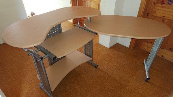 Variabler Schreibtisch mit zwei Bürostühlen