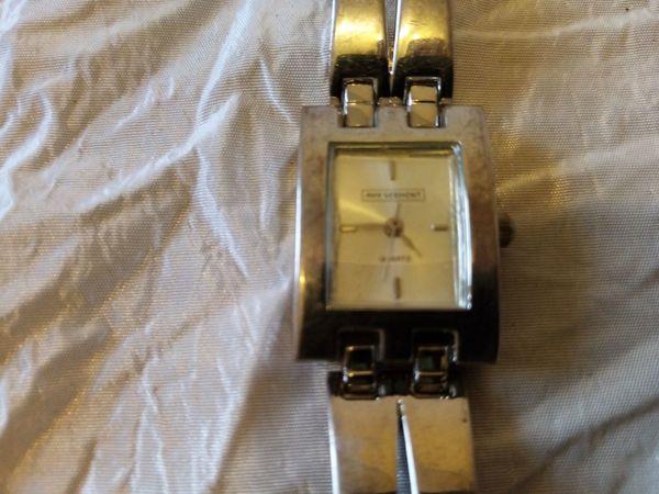 Damen-Quartz-Armbanduhr mit Sekundenzeiger getragen silberfarben