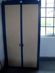 Kleiderschrank neuwertig Kieferntüren blaue Seitenwände