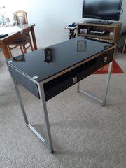 Schreibtisch mit Glasoberfläche und metallischem