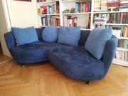 blaues Sofa mit vier Kissen