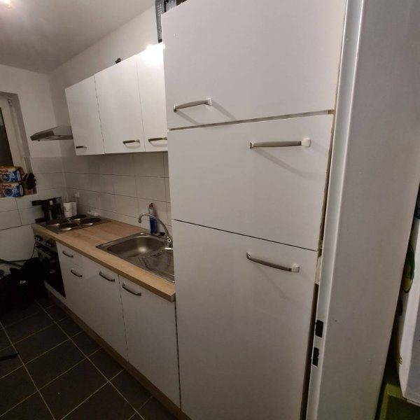 Kleine Küche in Weiß mit E-geräte