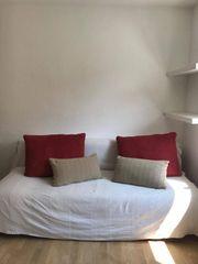 Schlaf- Sofa mit beigen Überzügen
