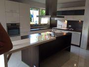 Küche mit Kochinsel und Tresen