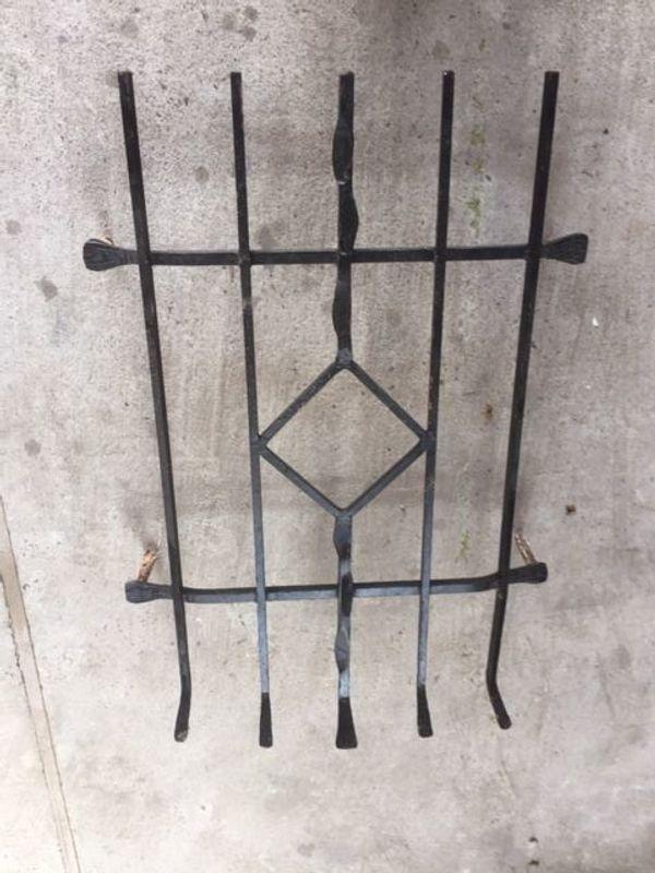 Drei solide schmiedeiserne Fenstergitter 2