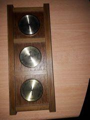 Thermometer Barometer Hygrometer auf Holzbrett