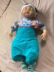 Babypuppe mit verschiedener Kleidung