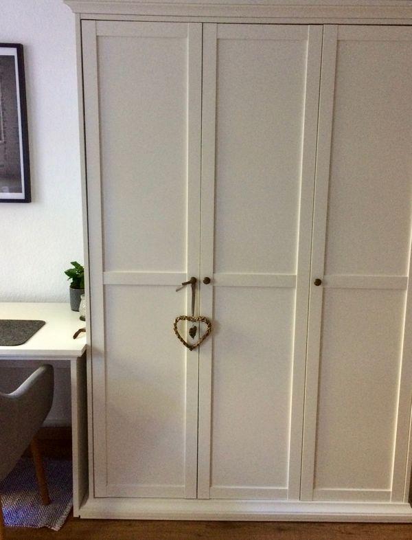 Weißer Holzschrank im skandinavischen Stil