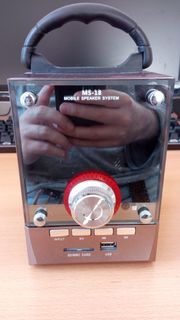 Portable Lautsprecherbox aus Holz mit