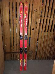 Skier inkl Skistöcken abzugeben