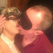 Attraktives Paar bietet erotische Stunden