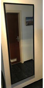 Einen Wandspiegel