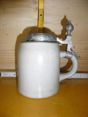 Alter Bierkrug mit Zinndeckel