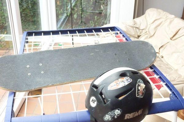 Skateboard und Helm