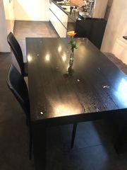 Massiver Holztisch mit Zinneinschlüssen