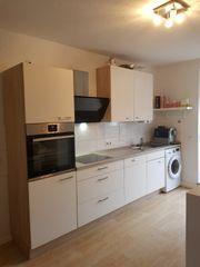 moderne platzsparende Küche mit E-Geräten