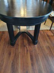 Ovaler antiker Tisch