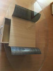 Wohnzimmertisch mit großer Glasplatte