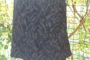 schwarzer Rock blau gemustert v