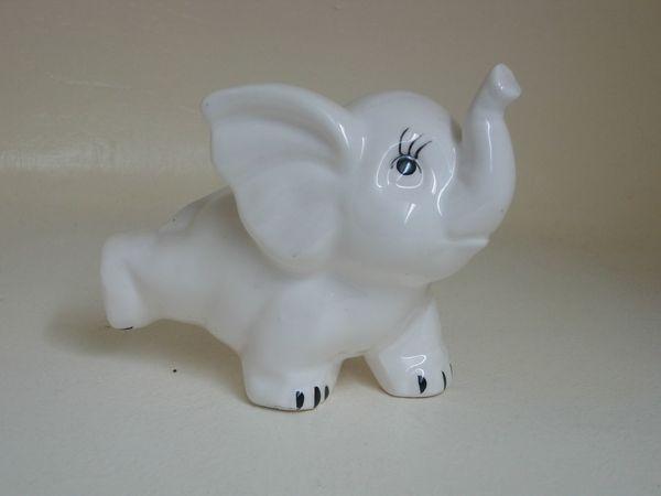 Süsser kleiner Porzellan Elefant