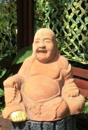 Lachender Buddha mit Glücksfuß