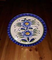 großer blauer Teller mit Blumen