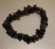 Armkette aus schwarzen Steinen