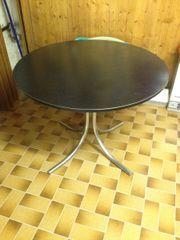 Tisch mit Metallfüßen