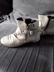 Schuhe in grau und in